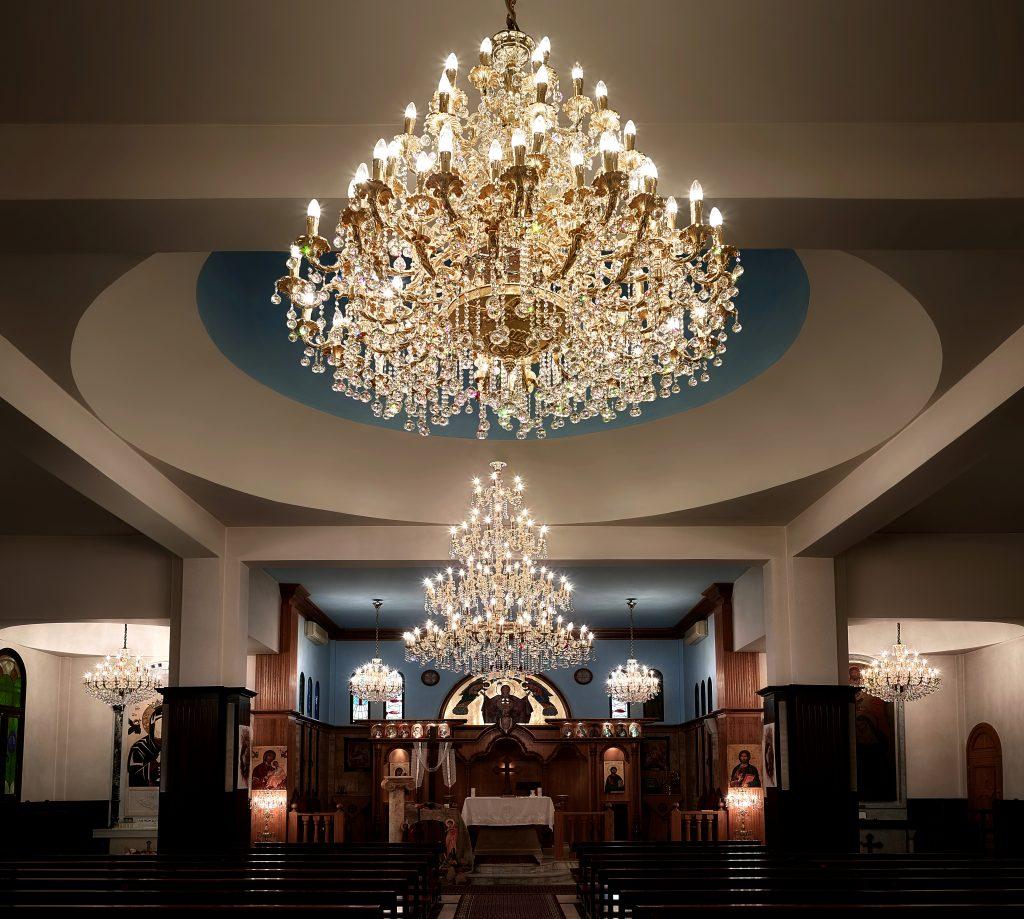 Lustres classiques monumentaux dans un lieu de culte. Les conceptions comprennent du cristal Asfour.