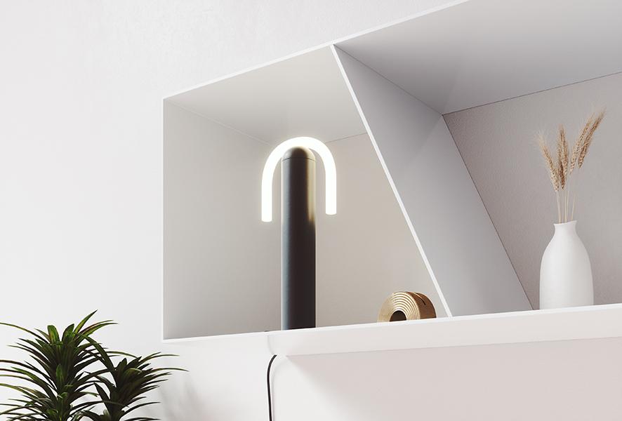 Lampe à poser avec pied en métal noir et ampoule CURLI. Design par BEEM.