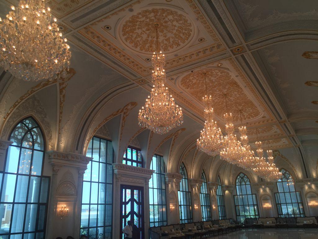 Lustres classiques monumentaux en cristal Asfour.