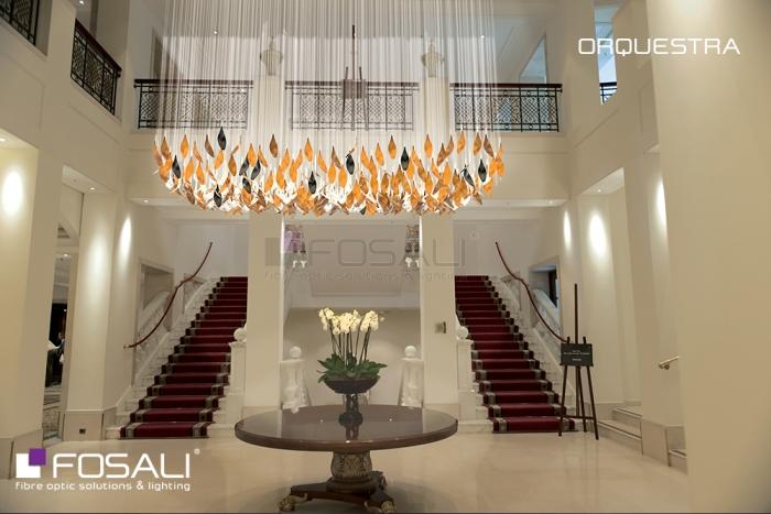La lampe monumentale Orchestra par Fosali, fabricant de luminaires artisanaux en fibre optique.